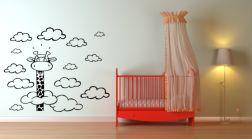 Vinilo infantil de jirafa entre nubes