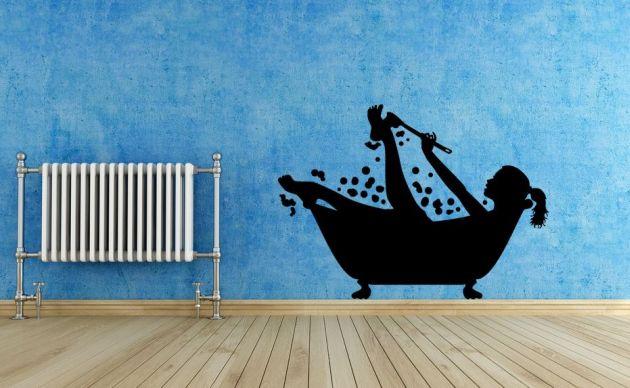 Vinilo decorativo baño, mujer en la bañera